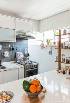 Cozinha americana com balcão branco.