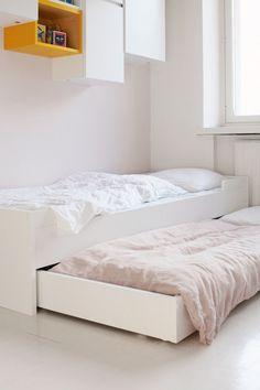Lupasin vielä palata tähän tyttöjen huoneen nukkumisjärjestelyihin. Tuo meidän Jungmanni muuttuu helposti kahdeksi pediksi, mikä tietää tilaa vanhempien vanerisänkyyn. Ah. Perhepedissä on puolensa, mutta se loputon kyljellään ja niskat vääränä nukkuminen… Tuosta sängyn alta rullaavasta Vierasvara-laatikosta saa siis toisen vuoteen ja siinä on lisäksi taittojalat, jos sen haluaa korkeammalle kanssa. Samainen sänky on vallan monikäyttöinen …