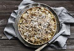 En god æbletærte med saftige æbler ude fra haven er der ingen, der kan modstå. Her får du opskriften på en skøn æbletærte med mandelmælk og calvados!