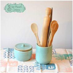Frasco y Porta Espatulas Celeste Jaspeado!!!! Sobre el mantelito de nuestro amigos de #somosdepot !!!! Hermosa Combinación !!!  #ceramica #alfareria #pottery #cuenco #cuencos #ensaladeras #mantelito #mantel #textil #decohome #decokitchen #decoracion #decoraciondeinteriores #deco #somosdepot #sofipocetticeramica