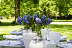 http://partyandwedding.files.wordpress.com/2010/02/fotolia_31969072_s-tavola-blu-bianco.jpg