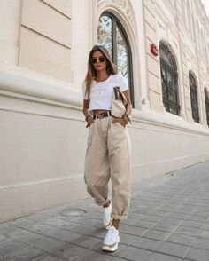 Yeni pantolon trendi slouchy jean modelleri 63 spring outfits for work office style business casual 48 springoutfits outfitideasforwomen Looks Street Style, Looks Style, Casual Street Style, Street Style Shoes, Street Outfit, Trendy Style, Street Chic, Look Fashion, Fashion Clothes
