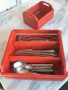 The good thing is that it is divided in three equal portions, where each one is specified for a certain article like you can gather all the spoons in one part, knives in the other and the forks in the last one. Plus the handles carved on both sides make it easy to carry this wooden pallet tray.