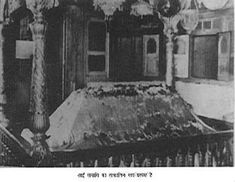 Baba Samadhi Mandir in the year 1918 (Sai Baba left his body on 15 October Sai Baba Pictures, Sai Baba Photos, God Pictures, Types Of Cows, Saints Of India, Sai Baba Wallpapers, Lord Balaji, Sathya Sai Baba, Temple Architecture
