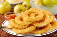 Os Anéis de Cebola (Onion Rings) são fáceis de fazer, econômicos e ficam deliciosos. Eles são um excelente acompanhamento para suas refeições e para o seu churrasco e também são perfeitos como aperitivo. Confira e faça hoje mesmo! Veja Também: Massa de Torta de Liquidificador que Derret…