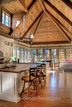Check it out Traditional Kitchen Photos Kitchen Peninsula Design Ideas, Pictures, Remodel, and Decor – page 171 love the celling… I'd put stained glass in the window above. The post Traditional K . - Home Decor Beautiful Kitchens, Beautiful Homes, Küchen Design, House Design, Design Ideas, Design Model, Layout Design, Peninsula Kitchen Design, Kitchen Island