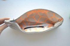 Billedguide med vejledning af montering af lynlås og for i hæklede tasker eller punge.
