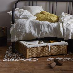 RÖMSKOG Dekenlade | #nieuw #IKEA #IKEAnl #slimmeoplossing #oplossing #opbergen #opruimen #rotan #bed #traditioneel