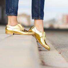 Buenas noches bonitos! Los #zapatos metálicos son una de mis nuevas adicciones y éstos de color ORO de la Edición Especial #DandyMirror de #FratelliRossetti me súper encantan  Good night igers! Metallic shoes are one of my new obsessions and I'm completely in love with these shoes in GOLD tone from the Dandy Mirror Special Edition by @fratellirossettiofficial You can see all the pics and information about them on the blog  www.withorwithoutshoes.com…