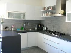 Piastrelle cucina come scegliere idee e foto Kitchen Wall Tiles, Kitchen Cabinets, Shed Homes, Interior Decorating, Interior Design, Living Room Kitchen, Beautiful Kitchens, Home Kitchens, Kitchen Remodel