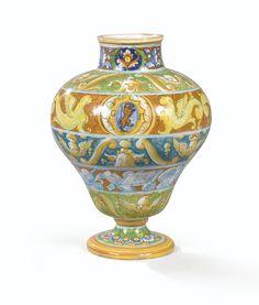 Vase en majolique de Castel Durante du XVIème siècle, vers 1560 | lot | Sotheby's
