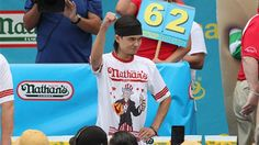 Matt Stonie tops Joey Chestnut in annual Nathan's hot dog eating contest - http://www.dataheadline.com/us-news/matt-stonie-tops-joey-chestnut-in-annual-nathans-hot-dog-eating-contest/