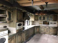 Кухня под старину для охотничьего дома