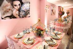 Inspirada em Maria Antonieta a Camila Escolheu Uma Festa Rosa com Coroas como Centro de Mesa e Sapatinhos de Princesa de Porta Guardanapo. Vem ver!