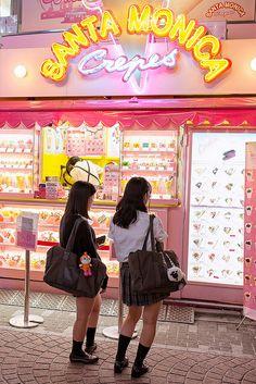 tokyo-fashion: Crepes and schoolgirls on Takeshita Dori in Harajuku after dark. Japanese Crepes, Go To Japan, Japan Trip, Tokyo Trip, Tokyo 2020, Okinawa Japan, Japon Tokyo, Mont Fuji, Viajes