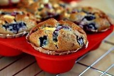 Berry muffins with white chocolate Ingredients: Lemon juice - 2 tsp. Flour - 260 g Baking I Love Food, Good Food, Yummy Food, Mixed Berry Muffins, White Chocolate Muffins, Yummy Cupcakes, Mixed Berries, Sweet Bread, Sweet Recipes