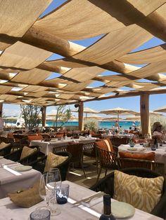 Beach clubs Pampelonne beach and luxury hotels in St Tropez Beach Restaurant Design, Rooftop Restaurant, Restaurant Ideas, Cafe Interior Design, Cafe Design, Terrasse Design, Pergola, Gazebos, Rooftop Design