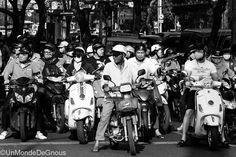 Après avoir passé deux jours à traverser des rues en essayant de ne pas se faire écraser par des deux roues motorisés, nous voilà faisant partie de l'essaim vrombissant ! (Lire l'article)