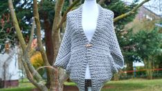 Here you'll find a free pattern for a warm and cozy crochet shrug. This crochet shrug is very simple and beginner friendly. Easy Crochet Shrug, Crochet Shrug Pattern Free, All Free Crochet, Crochet Cardigan, Single Crochet, Free Pattern, Crochet Patterns, Crochet Shrugs, Crochet Sweaters