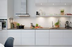 Nordic Days is a website with Scandinavian interiors where you learn everything about Scandinavian design and the latest home interior trends. New Kitchen, Kitchen Interior, Modern Interior, Kitchen Decor, Interior Design, Cuisines Design, Beautiful Kitchens, Interior Inspiration, Home Kitchens