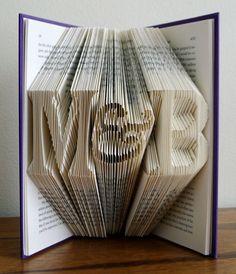 Veranderde boeken kunst! Dit unieke gevouwen papier-boek kan worden gemaakt met de initialen van uw keuze en een en-teken in tussen. Zorgvuldig gemaakt van het vouwen van de paginas van gerecycled boeken, is elk stuk naar uw specificaties vervaardigd. Wanneer u uw bestelling
