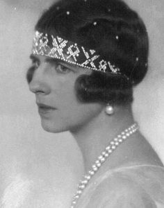 Queen Helen of Romania wearing a Diamond Bandeau Tiara, Style Royal Tiaras, Royal Jewels, Tiaras And Crowns, Crown Jewels, Romanian Royal Family, Greek Royal Family, Greek Royalty, Art Deco Hair, Grand Duchess Olga