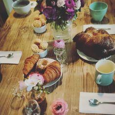 Sunday Breakfast.... 😍 (chez les mariés, avec le bouquet de la mariée... J'espère que votre lune de miel vaut toutes ces merveilles huhu)