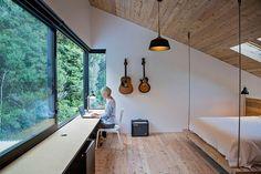 Bardage bois gris, mobilier outdoor, portes et fenêtres coulissantes avec une vue panoramique sur le paysage pittoresque: voici, les ingrédients du bonheur