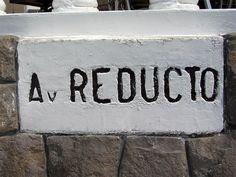 Cacería Tipográfica N° 229: En un pequeño muro que rodea a esta propiedad está en cemento en bajo relieve el nombre de la Avenida Reducto en Miraflores, Lima.