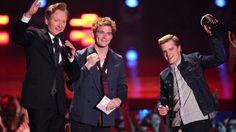 VIDEO: Sam Claflin and Josh Hutcherson accept MTV Award