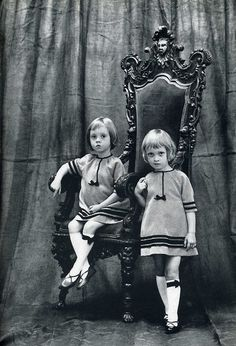 Thelma et Louise Vintage Children Photos, Vintage Twins, Vintage Pictures, Old Pictures, Vintage Images, Old Photos, Thelma Et Louise, Photo Vintage, Twin Girls