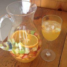 Aprende a preparar sangria de cava con zumo de naranja con esta rica y fácil receta. Alistar todos los ingredientes. Cortar las naranjas y extraer el zumo, reservar...