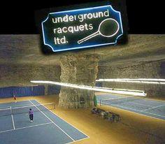 網球場的路上。to the tennis court: 地底下的網球場