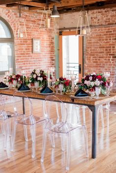 Ghost chairs with an industrial table of metal and wood. looks great! Ghost Chairs Dining, Acrylic Dining Chairs, Acrylic Chair, Metal Dining Table, Round Wedding Tables, Wedding Reception Chairs, Wedding Table Decorations, Holiday Wedding Inspiration, Wedding Ideas