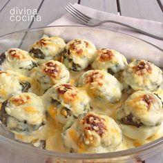 huevos-rellenos-gratinados, INGREDIENTES para 4 personas  6 huevos duros1 tazón de salsa bechamel (puedes ver la receta aquí)Queso rallado para gratinar  ELABORACIÓN  El procedimiento para hacer estos huevos rellenos es el mismo que en los huevos rellenos fríos. Abrimos los huevos por la mitad a los largo, les ponemos el relleno ya preparado y mezclado con las yemas trituradas y cubrimos con bechamel para gratinar al horno con queso rallado.