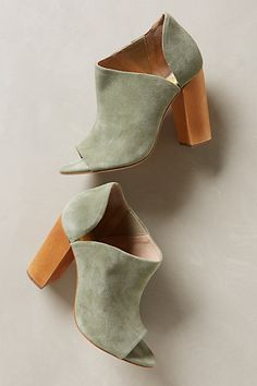 Gorgeous green booties. St. Patrick's Day outfit anyone? | luxuryshoeclub.com
