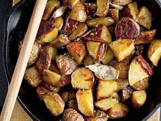 Gebratene Kartoffeln mit Knoblauch und Zimt ist ein Rezept mit frischen Zutaten aus der Kategorie Wurzelgemüse. Probieren Sie dieses und weitere Rezepte von EAT SMARTER!