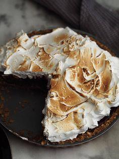 Jeg håber ikke, at I blæser væk derude? Idag får I opskriften på en ret så luksus kage, nemlig en S'mores Pie kind of cake med kiksebund, silkeblød ganache og