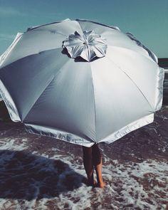 Вдохновение. Море. Девушка под зонтом.