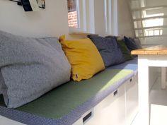 Eethoek in 6 verschillende stijlen om heerlijk te eten en te ontspannen Couch, Doors, Living Room, Storage, Furniture, Home Decor, Dreams, Kitchen, Home Ideas