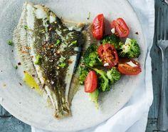 Opskrift på hel, bagt rødspætte med grøntsager. Metoden med at bage hele fladfisk i ovnen er nem og fuld af smag. Her bages grøntsagerne med