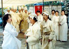 FESTIVAL  CHUGJE  Kwon-taek Im Corée / 1996 / 108 min Avec Sung-kee Ahn, Jung-hae Oh, Jung-hee Nam.  Aux obsèques de sa mère, un écrivain voit resurgir d'anciens conflits familiaux.