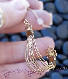 Schmuck: Frei – Vintage Style – All Wire Earrings - jewelry design Bijoux Wire Wrap, Wire Wrapped Earrings, Bijoux Diy, Beaded Earrings, Beaded Jewelry, Handmade Jewelry, Wire Jewellery, Gold Earrings, Wire Necklace