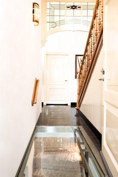 Een glazen vloerluik heeft geen uitstekende delen. De deur gaat er gewoon overheen. Stairs, Home Decor, Ladders, Homemade Home Decor, Ladder, Staircases, Interior Design, Home Interiors, Decoration Home