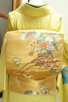 金色地にあでやかに咲き誇る花車と優美に舞う鶴が凛と美しい袋帯です。