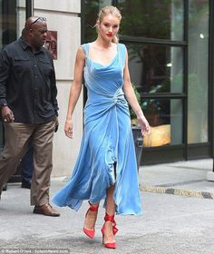 Rosie Huntington-Whiteley looks chic in blue gown at Oscar de la Renta's NYFW show Rosie Huntington Whiteley, Blue Midi Dress, Blue Dresses, Blue Gown, Green Cardigan Outfit, Royal Blue Party Dress, Marine Uniform, Street Style 2018, Red Carpet Gowns