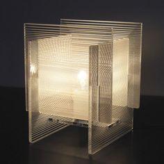浮遊するような透明感のあるモアレ模様の光で、空間全体が幻想的な雰囲気に。