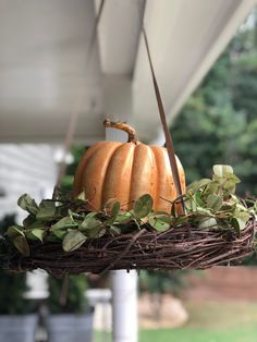 Front Porch Decor Ideas – The Shabby Tree Pomysły na dekorację werandy – Shabby Tree Winter Hanging Baskets, Porch Trees, Dollar Tree Fall, Wooden Pumpkins, Halloween Porch, Halloween Ideas, Porch Decorating, Decorating Ideas, Diy Hanging