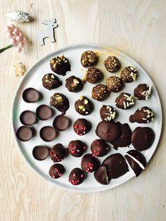Sunde julegodter uden sukker. Se det store udvalg og opskrifter her: Christmas Snacks, Homemade Candies, Chocolate Treats, Love Cake, Dessert Recipes, Desserts, Healthy Treats, Low Carb Recipes, Cravings