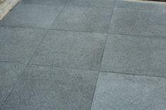 Le Basalte est une roche d'origine volcanique dont la structure est compacte et de couleur sombre ou noir. Le Basalte offre d'excellentes résistances au gel, au glissement, aux agressions mécaniqueset choc. Dimension: 60 x 60 x ép.3cm 40 x 60 x ép. 2,5cm